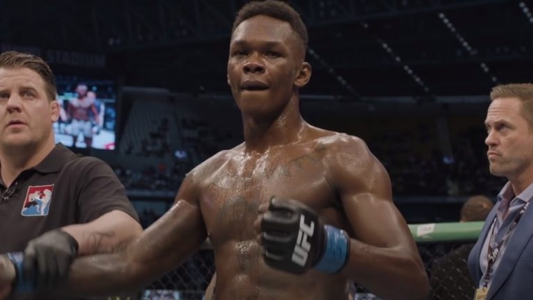 (VIDEO) Israel Adesanya went to the streets of New Zealand and gave a speech in front of a crowd of protesters